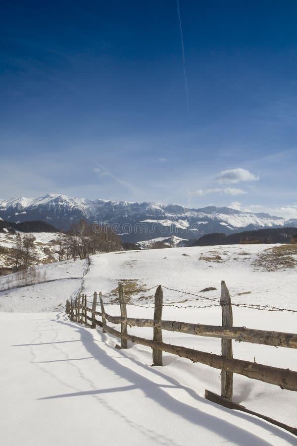 Winterlandschaft mit hölzernem Zaun stockfotografie
