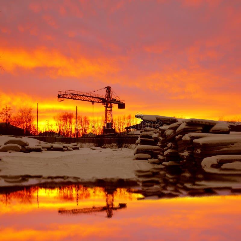 Winterlandschaft mit hölzernen Planken und Baukran lizenzfreie stockbilder