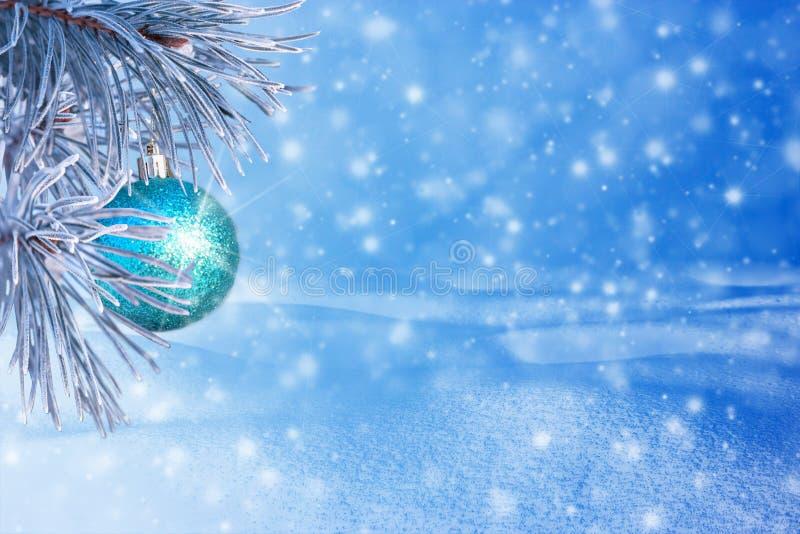 Winterlandschaft mit Schnee Weihnachtshintergrund mit Tannenzweig lizenzfreie stockfotografie