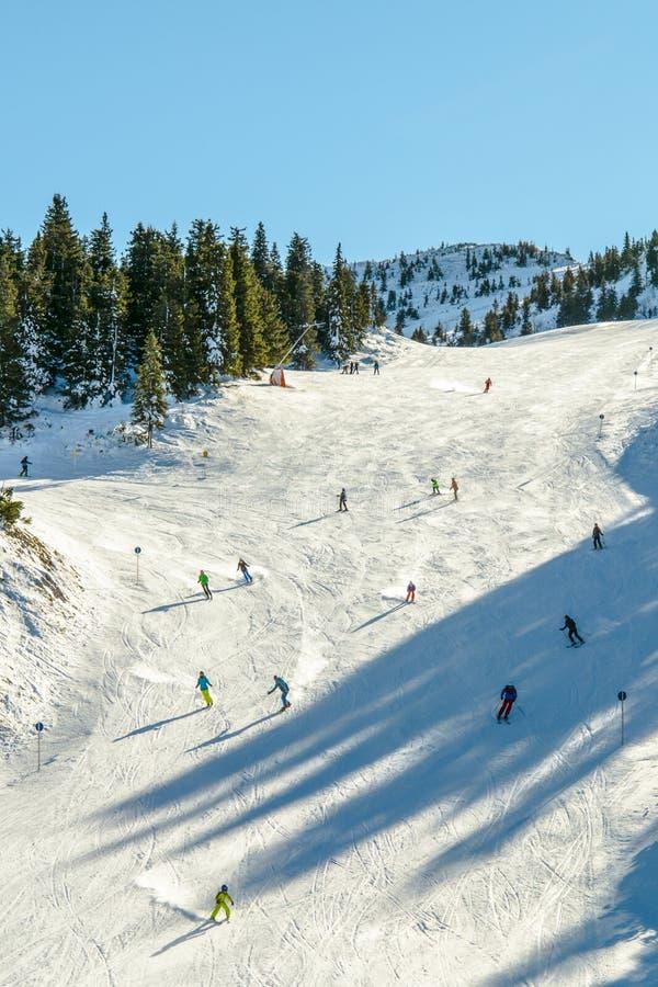 Winterlandschaft mit Skifahrern stockbild