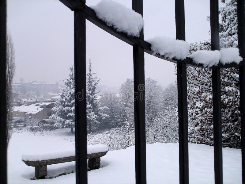 Winterlandschaft mit Steinbank lizenzfreie stockfotos