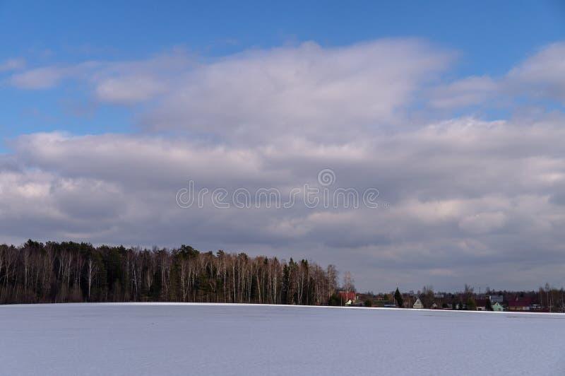 Winterlandschaft in Mittelrussland stockfotografie