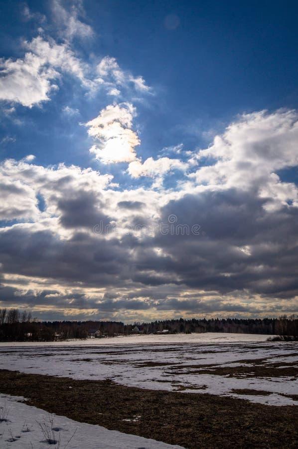 Winterlandschaft in Mittelrussland lizenzfreie stockbilder