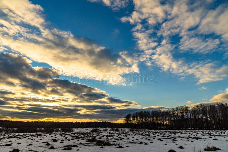 Winterlandschaft in Mittelrussland lizenzfreies stockbild