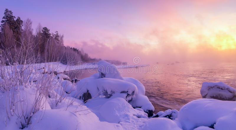 Winterlandschaft morgens auf dem Fluss, Russland, Ural stockfotografie