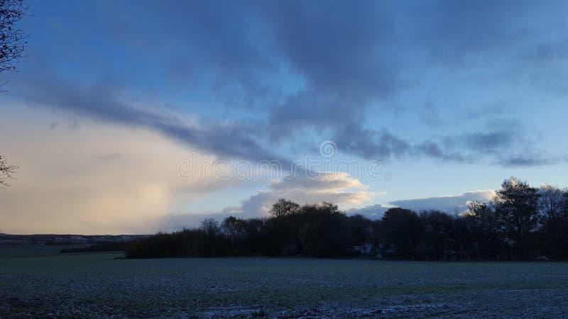 Winterlandschaft und -himmel mit Frost und Schnee lizenzfreies stockfoto