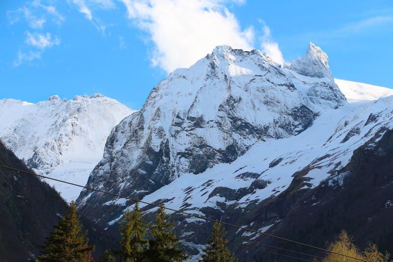 Winterlandschaft von Bergen in Dombai lizenzfreie stockfotos