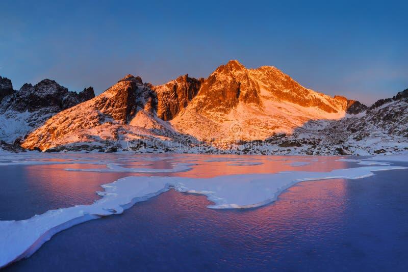 Winterlandschaft von hohen Tatra-Bergen auf kleinem kaltem Tal nach neuen Schneefällen Hohes Tatras, Slowakei windig und kühles W stockfotografie