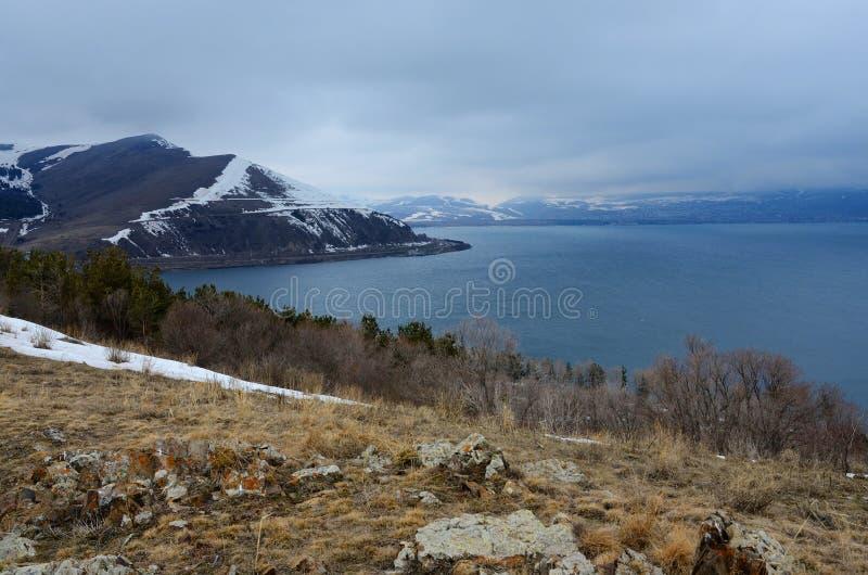 Winterlandschaft von Sevan - größter See in Armenien und in Kaukasus lizenzfreies stockbild
