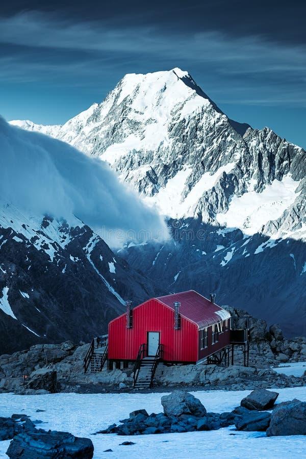 Winterlandschaftsansicht der roten Gebirgshütte und der Mt-Kochspitze, NZ stockfoto