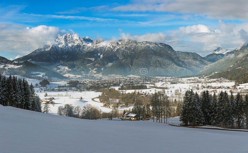 Winterlicher Gebirgszug in Tirol, Saalfelden, Österreich stockfotos