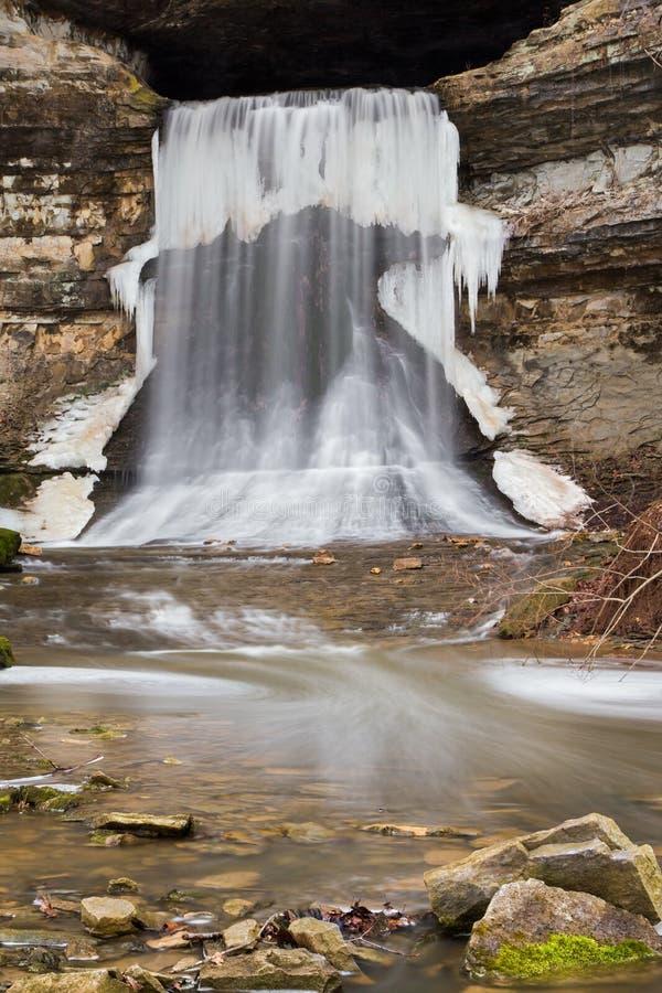 Winterlicher Porter Cave Falls lizenzfreie stockfotos