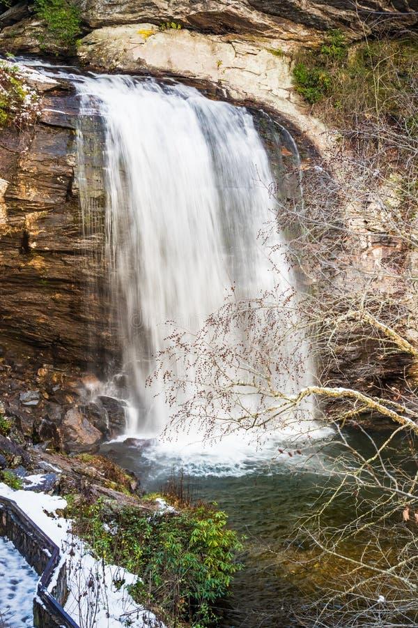 Winterlicher Wasserfall lizenzfreie stockbilder