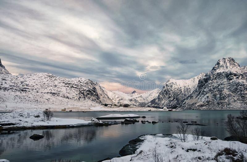 Winterlight nell'isola di Lofoten Colpo di luce del giorno dall'isola di Flakstad fotografia stock libera da diritti