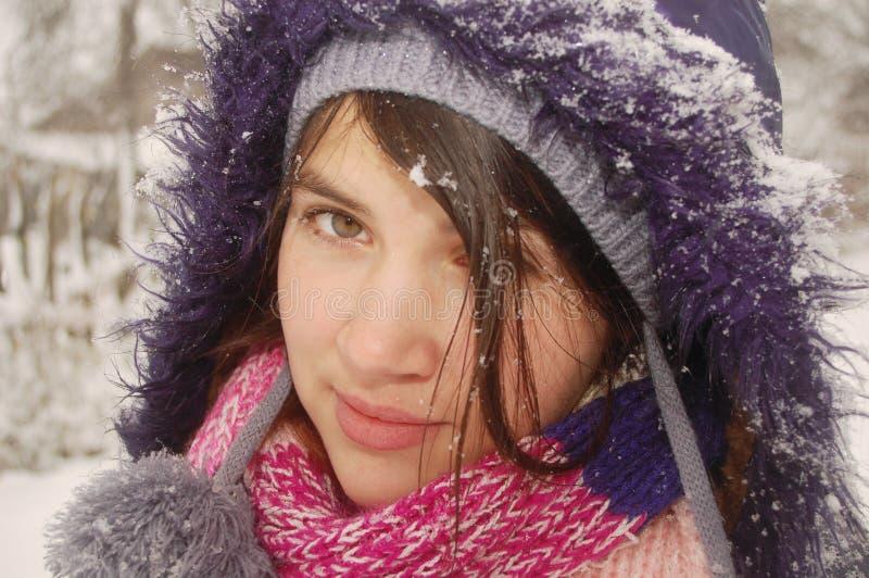 Download Wintermädchen stockfoto. Bild von straße, kalt, schön - 12201512