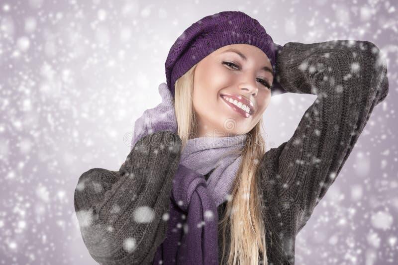 Wintermädchen mit Schal und Handschuhen stockbild