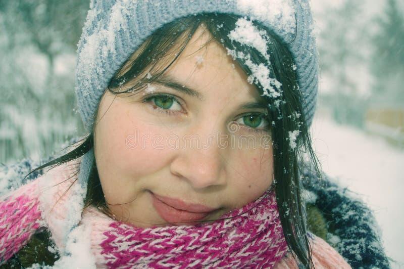 Download Wintermädchenportrait stockbild. Bild von recht, grün - 12201543
