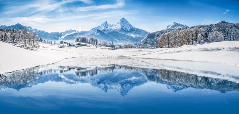 Wintermärchenland in den Alpen, die im haarscharfen Gebirgssee sich reflektieren stockfotografie