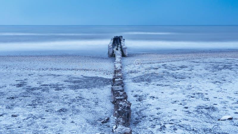 Wintermeer unter Burian-Wind lizenzfreie stockbilder