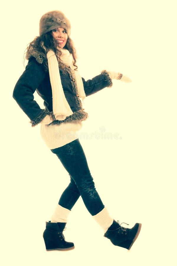 Wintermodefrau in warmem Kleidung instagram Filter lizenzfreie stockfotos