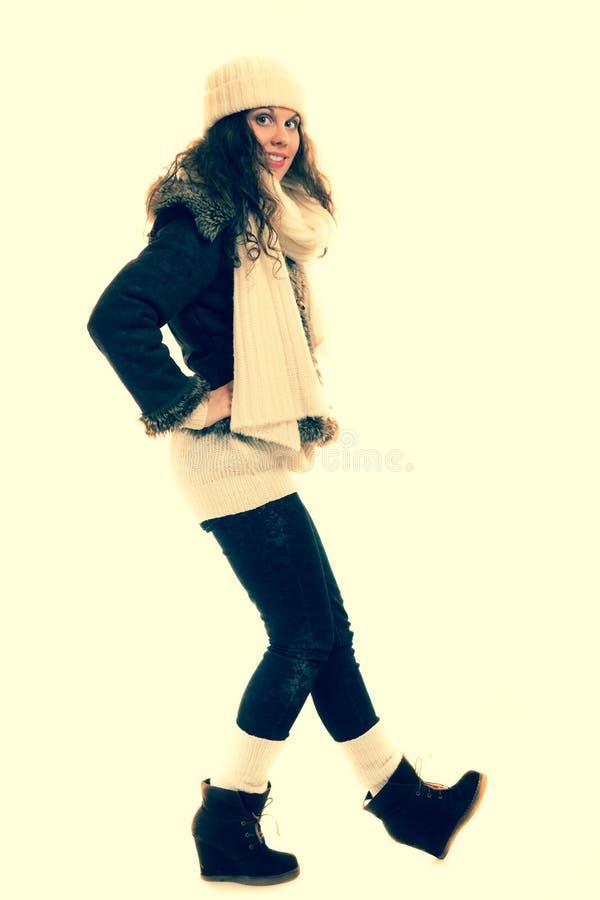 Wintermodefrau in warmem Kleidung instagram Filter stockfotos