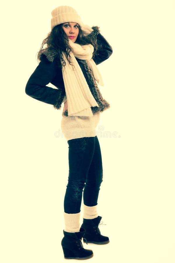 Wintermodefrau in warmem Kleidung instagram Filter stockbilder
