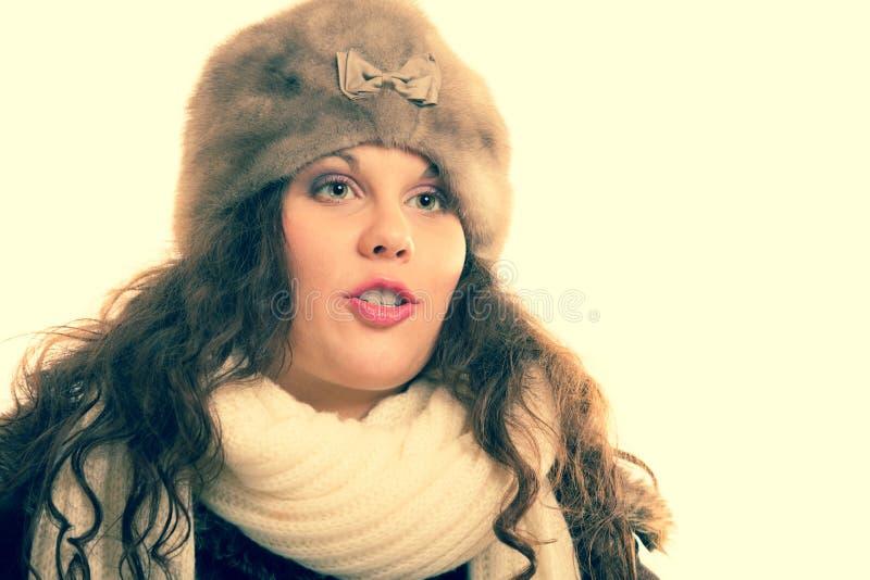 Wintermodeschönheit im warmen Kleidungsporträt lizenzfreie stockbilder