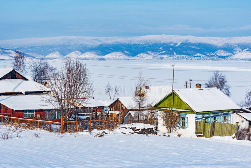 Wintermorgenansicht der Dorfhäuser durch Baikal See lizenzfreies stockfoto
