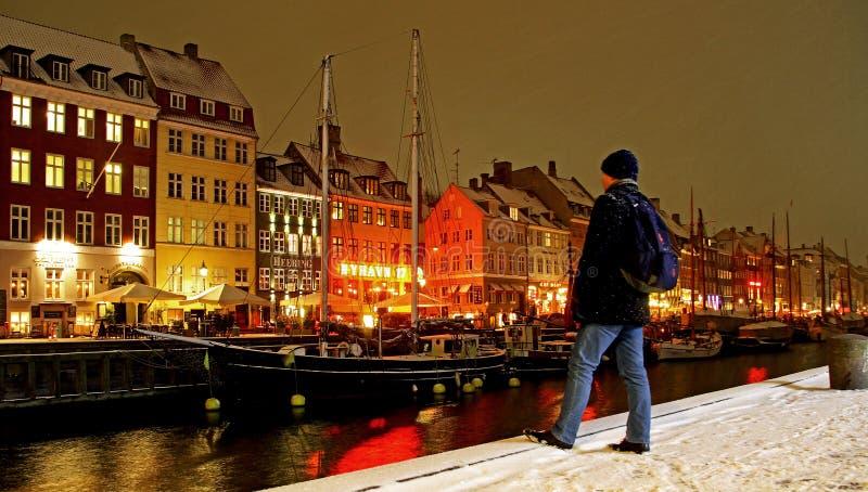 Winternacht in Nyhavn in Kopenhagen stockfotografie