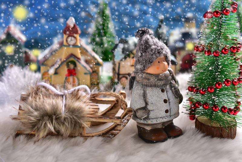 Winternachtszene mit einem Jungen, der den Weihnachtsbaum bereitsteht stockbilder