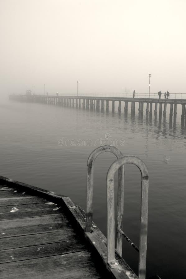 Winternebel über dem Meer mit einem romantischen Gefühl stockfoto