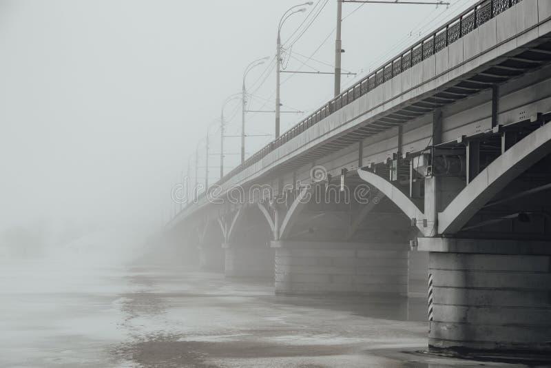Winternebel in Voronezh Chernavsky-Brücke, die im Nebel verblaßt lizenzfreies stockbild