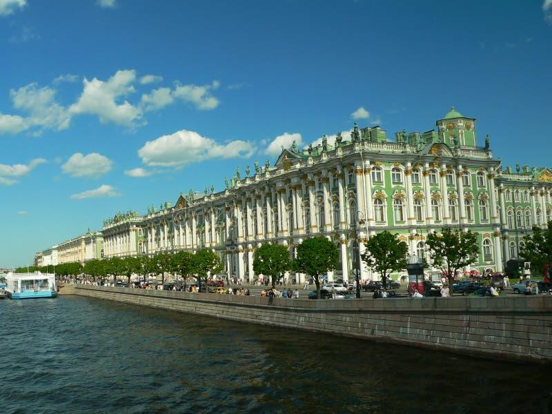 Winterpalast durch Neva stockfoto