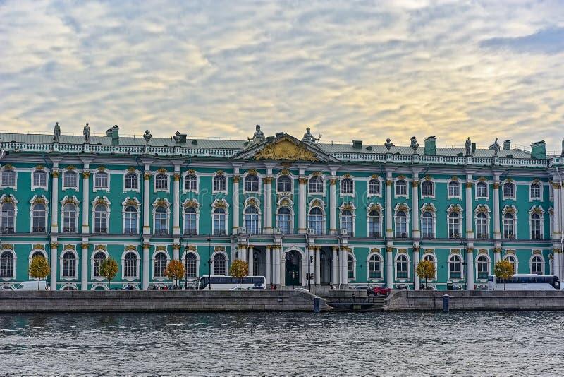 Winterpalast Einsiedlerei auf der Bank von Neva-Fluss, St Petersburg, Russland lizenzfreie stockfotos