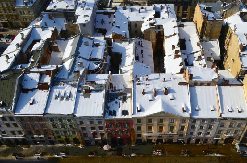 Winterpanorama von Lemberg bedeckte durch Schnee, Ukraine Lemberg Lvov, Ost-Ukraine - die Ansicht der Stadt vom Rathaus-Uhr towe stockfotografie