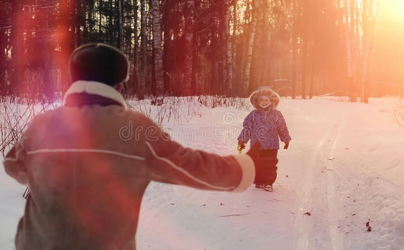 Winterpark unter dem Schnee Januar-Morgenspaziergang durch für lizenzfreies stockbild