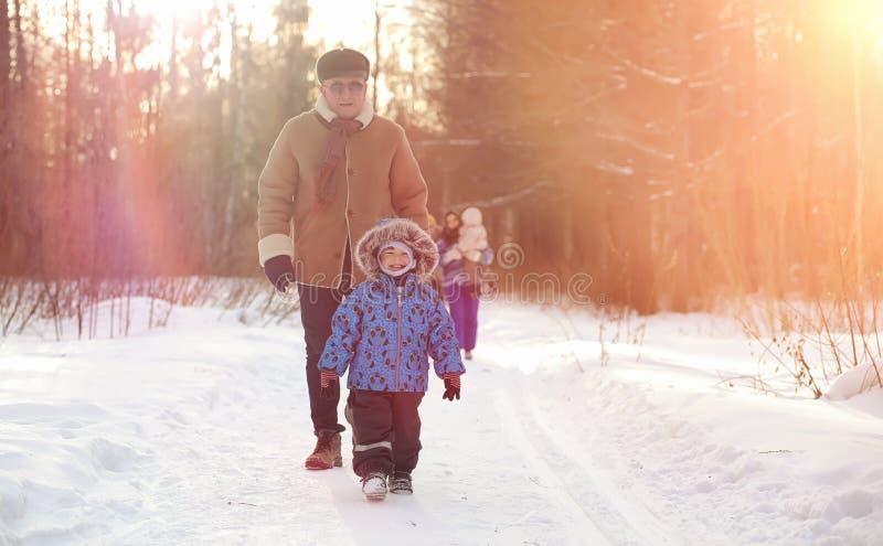 Winterpark unter dem Schnee Januar-Morgenspaziergang durch für lizenzfreies stockfoto