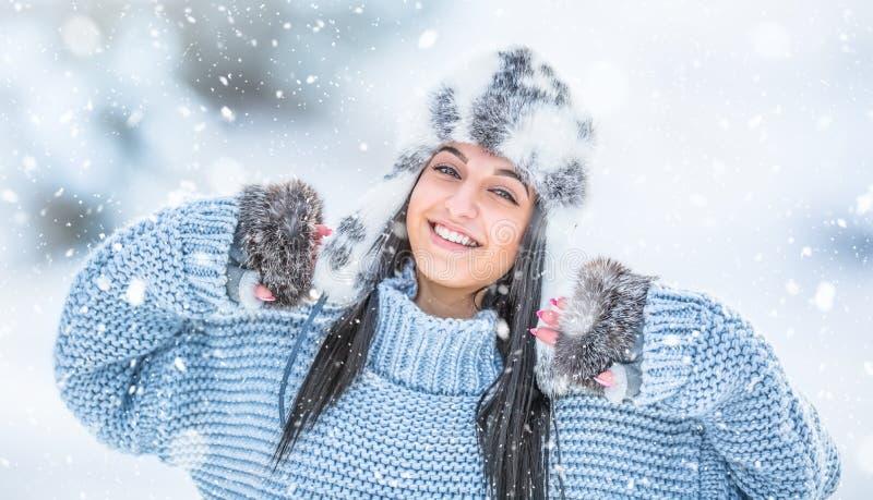 Winterporträt der attraktiven jungen Frau in der warmen Kleidung lizenzfreies stockfoto