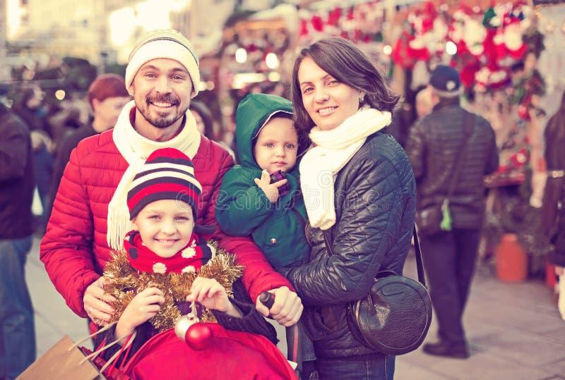Winterporträt der glücklichen Familie lizenzfreie stockbilder