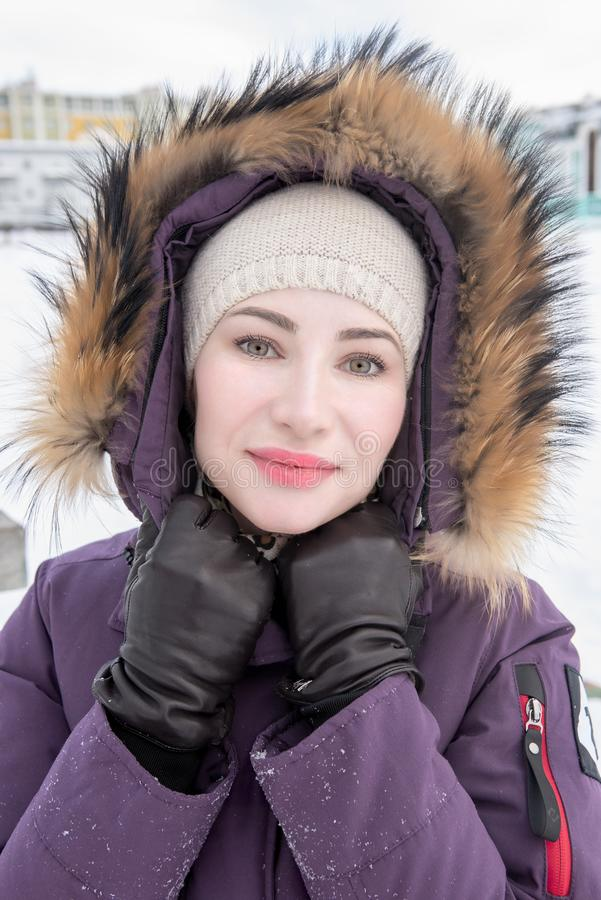 Winterporträt der jungen attraktiven Frau lizenzfreies stockfoto