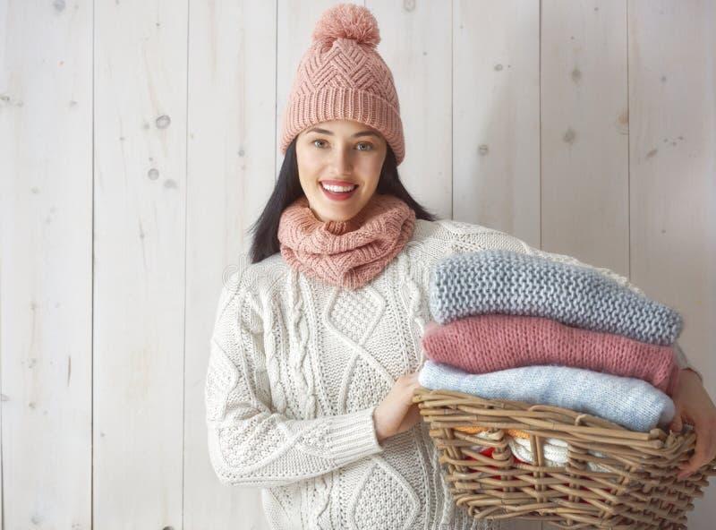 Winterporträt der jungen Frau stockbild