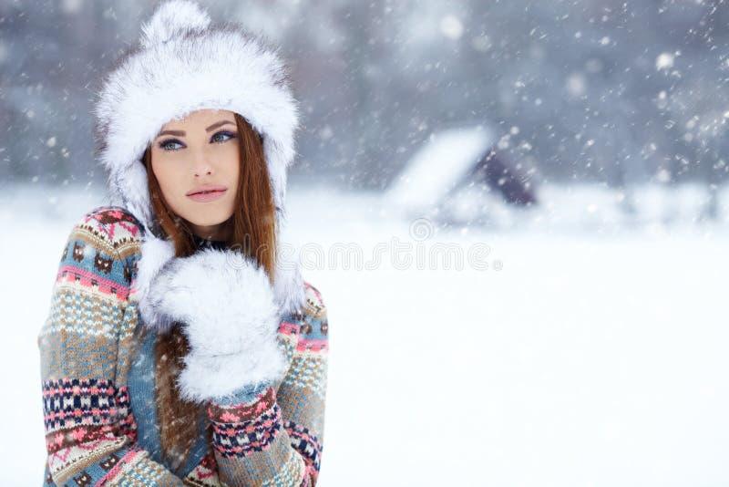 Winterporträt der jungen Frau. stockbilder