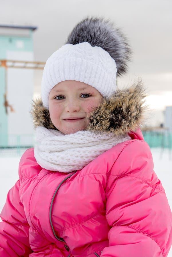 Winterporträt des kleinen Mädchens stockbilder