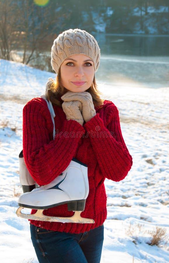 Winterporträt eines Mädchens mit Rochen lizenzfreie stockfotos