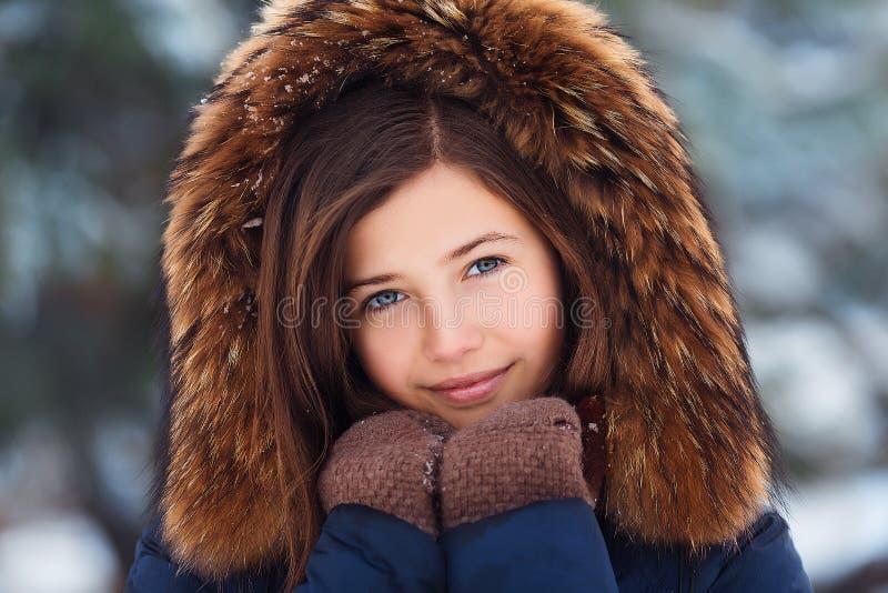Winterporträt: Junges hübsches Mädchen gekleidet in warme woolen Kleidung, Schal und umfaßter Kopf, die Außenseite aufwerfen lizenzfreie stockfotos