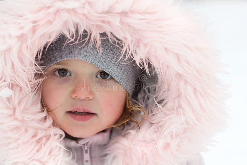Winterporträt von einem schönen wenig Mädchen an einem schneebedeckten Tag stockfotos