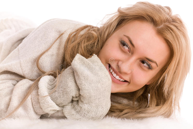 Winterportrait der glücklichen Frau stockbild