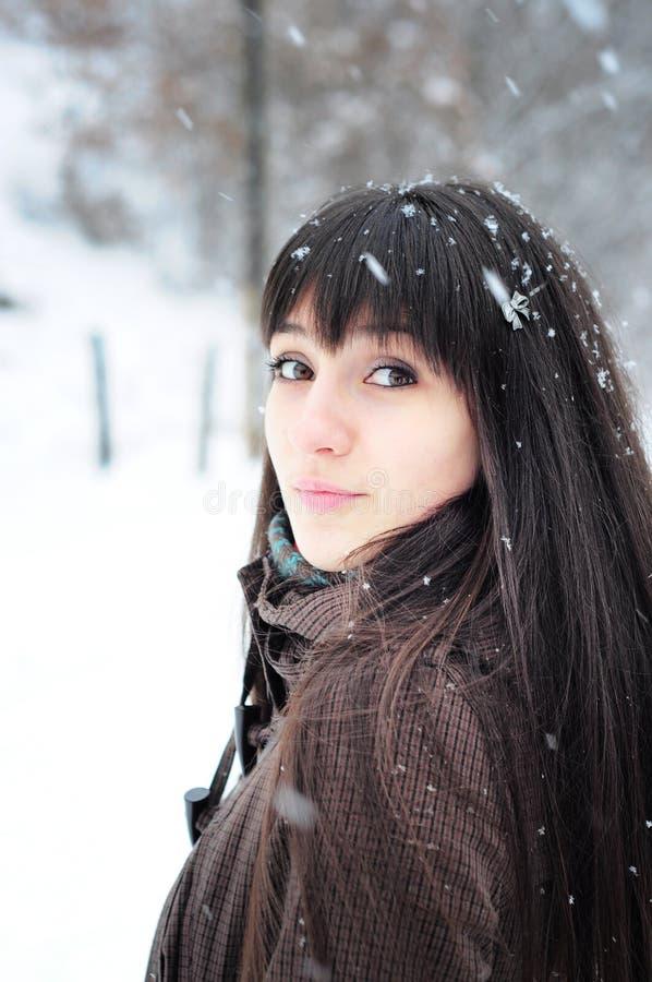Winterportrait der jungen Frau lizenzfreie stockfotografie
