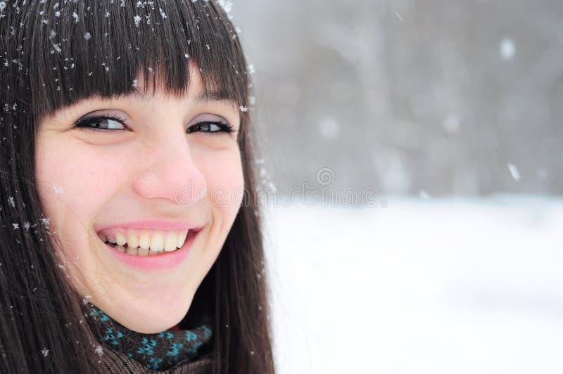 Winterportrait der jungen Frau lizenzfreie stockfotos
