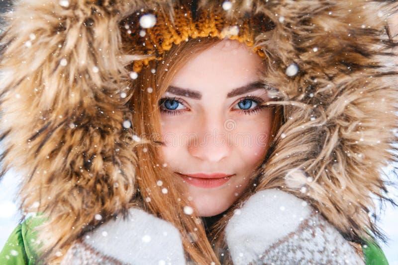 Winterportrait der jungen Frau Nahaufnahmeporträt des glücklichen Mädchens Bestimmtheit ausdr?ckend, richten Sie brightful Gef?hl stockbild